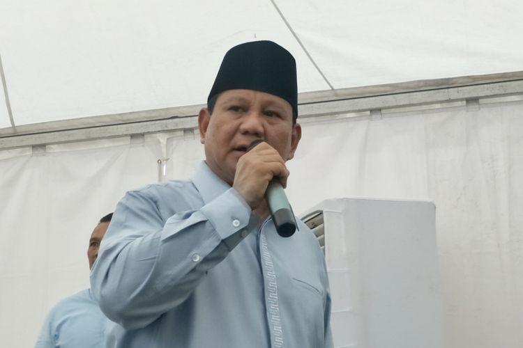 Calon presiden nomor urut 02 Prabowo Subianto saat memberikan keterangan seusai menghadiri deklarasi Gerakan Emas atau Gerakan Emak-Emak dan Anak Minum Susu, di Stadion Klender, Jakarta Timur, Rabu (24/10/2018).