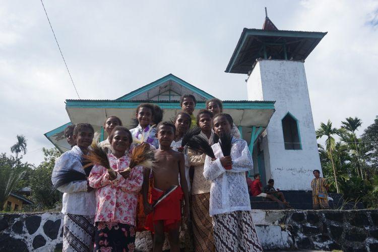 Anak-anak Pondok Baca Brongkendik Distrik Fakfak Tengah Kabupaten Fakfak menggunakan kebaya setelah menari untuk menyambut tamu yang datang di kampungnya