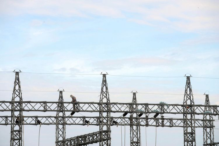 Pembangunan Pembangkit Listrik - Pekerja menyelesaikan pembangunan pembangkit dan jaringan listrik di Kecamatan Taliwang, Kabupaten Sumbawa Barat, Nusa Tenggara Barat, Selasa (12/4/2016). Pembangunan Pembangkit Listrik Tenaga Uap (PLTU) berkapasitas 2x7 megawatt tersebut untuk memenuhi kebutuhan listrik di kawasan Sumbawa.