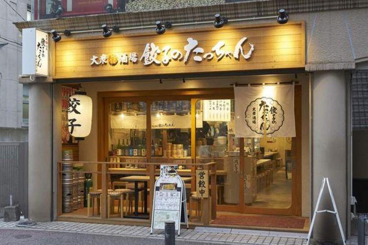 """""""Gyoza no Tacchan"""". Didirikan di tempat satu gang setelah masuk dari Daimyo no Nishidori yang merupakan area yang dipenuhi restoran terkenal seperti restoran ramen """"Ganso Akanoren Setchan Ramen"""" dan restoran """"Beef Man""""."""