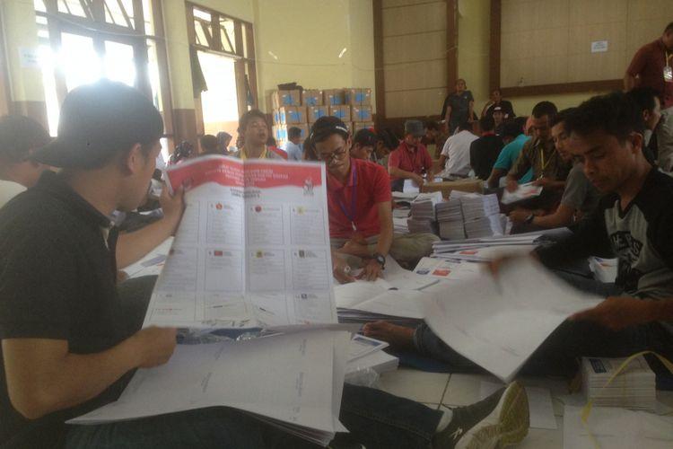 Proses pelipatan surat suara di gedung KORPRI Wonosobo, Jumat (8/3/2019)