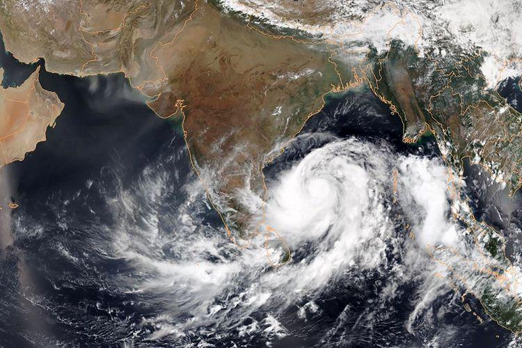 Citra satelit pada 1 Mei 2019 memperlihatkan Topan Fani menuju Teluk Bengal, India.