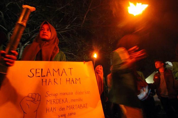 Sejumlah mahasiswa yang tergabung dalam Organisasi Mahasiswa Fakultas Hukum (Ormawa FH ) Universitas Malikussaleh menggelar aksi pawai obor memperingati Hari Hak Asasi Manusia (HAM) Sedunia 10 Desember di pusat Kota Lhokseumawe, Aceh, Senin (9/12/2019) malam. Dalam aksi unjuk rasa tersebut, mereka mendesak Presiden Joko Widodo dan Komnas HAM menuntaskan sejumlah kasus pelanggaran HAM yang terjadi di Aceh dan di sejumlah daerah lain di Indonesia.