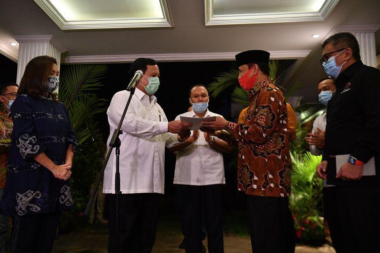 Ketua Umum Partai Gerindra Prabowo Subianto (kedua kiri) menyerahkan surat rekomendasi kepada pasangan bakal calon Walikota dan Wakil Wali Kota Tangerang Selatan Muhamad (kedua kanan) dan Rahayu Saraswati (kiri) disaksikan dan Sekjen PDIP Hasto Kristiyanto (kanan) di kediaman Prabowo, Kebayoran Baru, Jakarta Selatan, Senin (20/7/2020). Partai Gerindra resmi menyerahkan rekomendasi pasangan Muhamad dan Rahayu Saraswati untuk maju dalam Pilkada Tangerang Selatan tahun 2020.