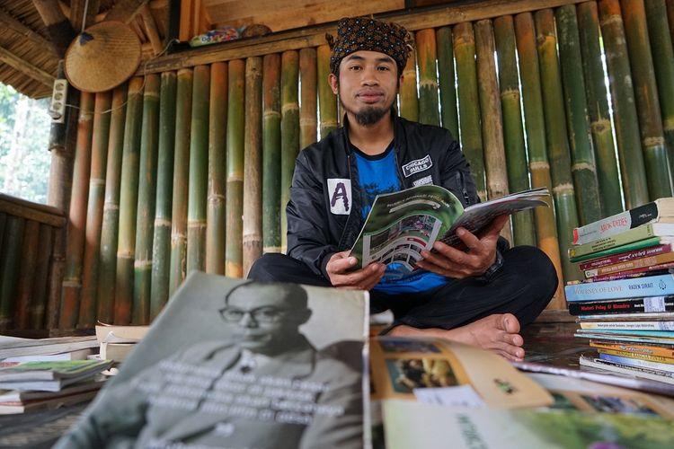 Ruhandi, Kepala Desa Warungbanten, Kabupaten Lebak, Banten, di Taman Bacaan Masyarakat (TBM) Kuli Maca. Gambar diambil pada Minggu (30/12/2018). Ruhandi adalah salah satu penerima Apresiasi Ikon Prestasi Pancasila Tahun 2020 dari Badan Pembinaan Ideologi Pancasila.