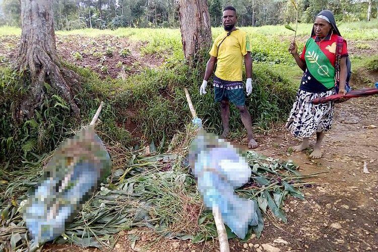 Sebuah foto yang dikeluarkan Departemen Kesehatan Papua Niugini pada 9 Juli 2019 menunjukkan mayat-mayat di sebuah jalan di Provinsi Hela. Sedikitnya 24 orang, termasuk dua wanita hamil dan janinnya, terbunuh dalam tiga hari kekerasan antarsuku di dataran tinggi Papua Niugini.(HANDOUT/AFP)