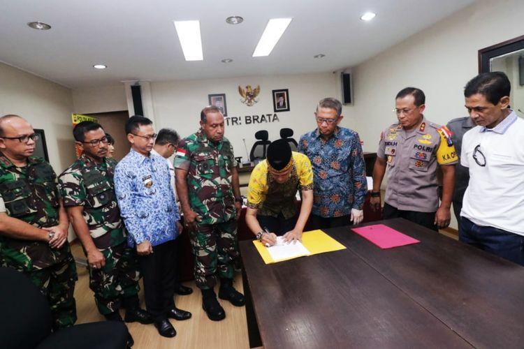 Sultan Pontianak Syarif Mahmud Melvin Alkadrie menandatangani surat pernyataan di Mapolda Kalbar, Kamis (23/5/2019).