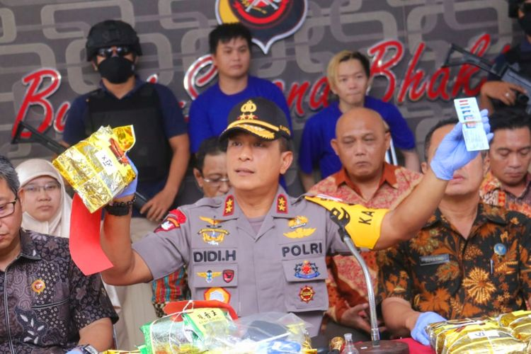 Kapolda Kalbar Irjen Pol Didi Haryono menunjukkan barang bukti sabu 25 kilogram yang akan dikirim ke Pangkalan Bun, Kalteng, Jumat (14/6/2019).