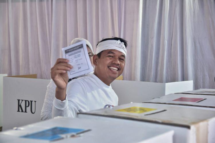 Ketua Tim Kampanye Daerah (TKD) Jokowi-Ma?ruf Amin Jawa Barat, Dedi Mulyadi, memberikan hak suaranya di TPS 07,  Desa Sawah Kulon, Kecamatan Pasawahan, Kabupaten Purwakarta, Rabu (17/04/2019).