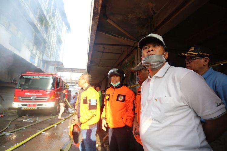 Wali Kota Bandung Oded M Danial mengunjungi lokasi kebakaran di Pasar Kosambi, Jalan Ahmad Yani, Kota Bandung, Minggu (19/5/2019).