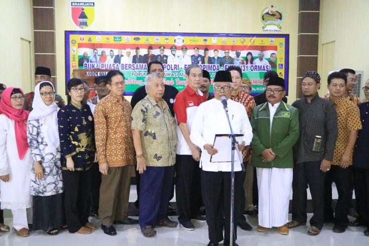 Ketua Forum Komunikasi Masyarakat Jombang (FKMJ), KH. Isrofil Amar (baju putih), memimpin deklarasi 32 Ormas menolak gerakan People Power, di aula Makodim 0814 Jombang Jawa Timur, Minggu (19/5/2019) petang.