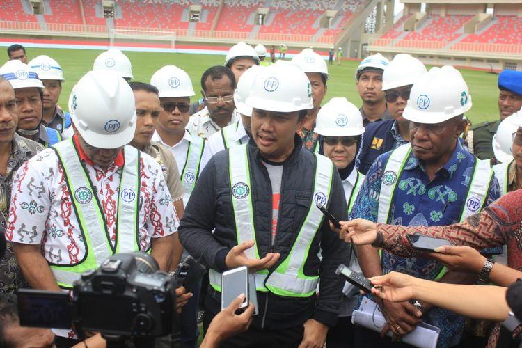 Menpora Imam Nahrawi sedang meninjau Stadion Papua Bangkit, Kabupaten Jayapura, Papua, yang akan digunakan dalam penyelenggaraan PON XX 2020 di Papua (21/06/2019)