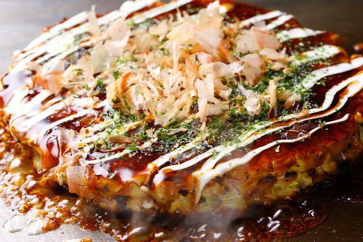 Osaka terkenal dengan makanannya karena disebut sebagai nations kitchen. Salah satu makanan yang banyak diminati oleh wisatawan adalah Okonomiyaki.
