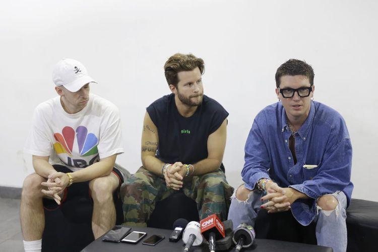 Grup band LANY dalam sebuah wawancara di Tennis Indoor, Senayan, Jakarta Pusat, Selasa (13/8/2019).