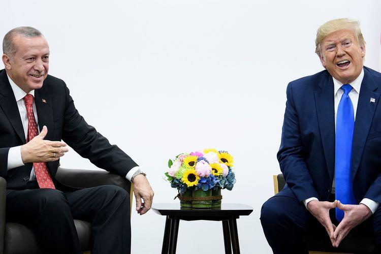 Presiden Turki Recep Tayyip Erdogan (kiri) berbincang dengan Presiden Amerika Serikat Donald Trump saat KTT G-20 di Osaka, Jepang, pada Sabtu (29/6/2019).