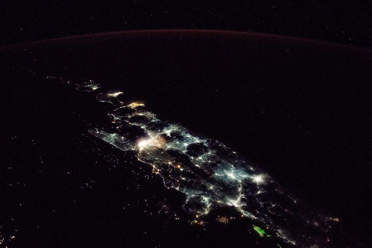 Citra Satelit Malam Hari NASA Ungkap Gemerlapnya Pulau Jawa
