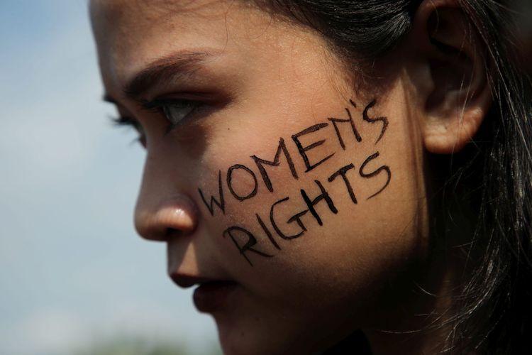 Hari Perempuan Internasional 2019 diperingati perempuan dari sejumlah organisasi dengan berunjuk rasa di Taman Aspirasi, di depan Istana Merdeka, Jakarta, Jumat (8/3/2019). Mereka antara lain mendesak agar disahkannya RUU Penghapusan Kekerasan Seksual, perlindungan terhadap pekerja perempuan, dan perlakuan yang setara.