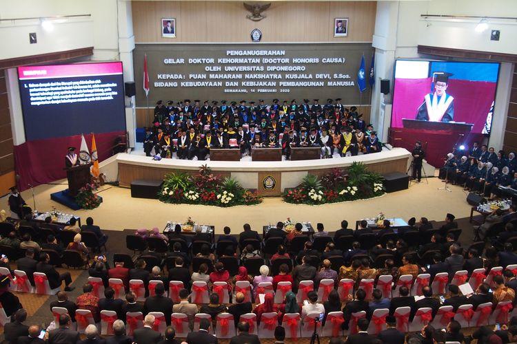 Ketua DPR Puan Maharani membacakan orasi dalam Sidang Terbuka Senat Universitas Diponegoro (Undip) untuk pengukuhannya sebagai doktor honoris causa (kehormatan) dari universitas ini, Jumat (14/2/2020)