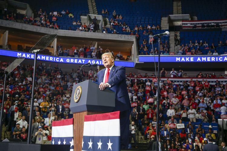 Presiden Amerika Serikat Donald Trump saat berkampanye di BOK Center, Tulsa, Oklahoma, pada Sabtu (20/6/2020), dengan banyak pendukung tampak tak mengenakan masker.