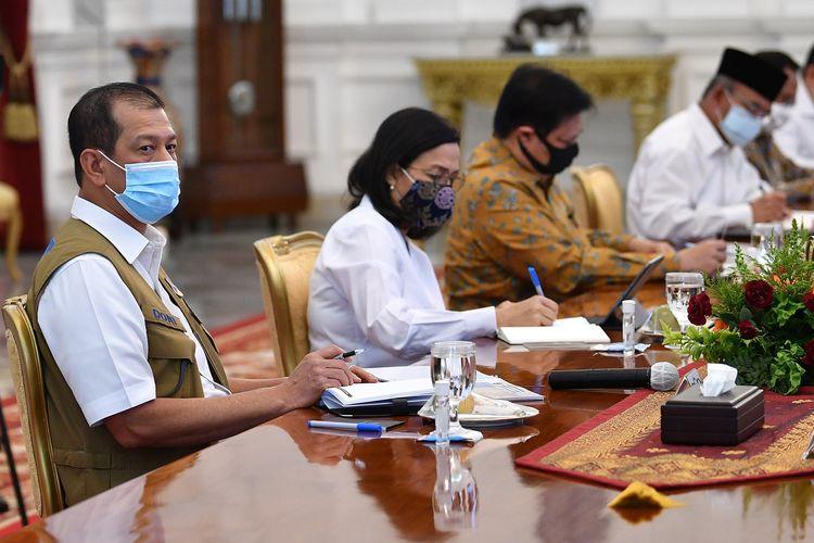 Ketua Gugus Tugas Nasional Percepatan Penanganan Covid-19 Letjen TNI Doni Monardo (kiri), Menko Perekonomian Airlangga Hartarto (kedua kanan), Menko PMK Muhadjir Effendy (kanan) dan Menkeu Sri Mulyani (kedua kiri) mengikuti rapat kabinet terbatas yang dipimpin Presiden Joko Widodo di Istana Merdeka, Jakarta, Senin (13/7/2020). Rapat tersebut membahas mengenai percepatan penanganan dampak pandemi Covid-19.