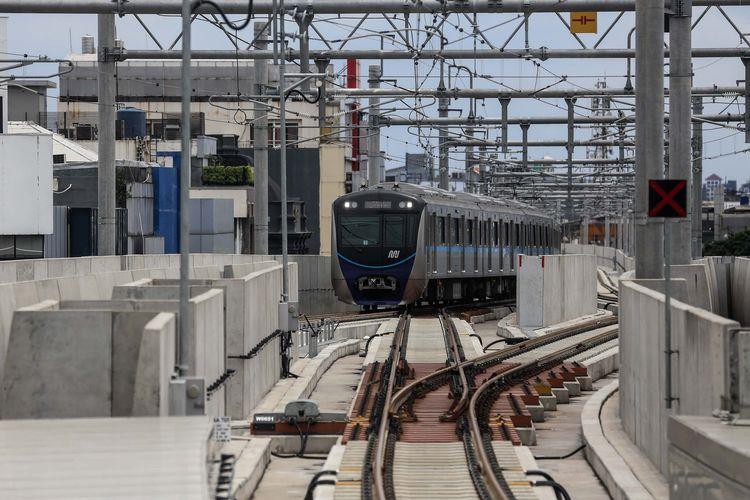 Kereta MRT saat mengikuti kegiatan uji coba kereta MRT fase 1 lintas Lebak Bulus-Bundaran Hotel Indonesia (HI) di Jakarta, Selasa (12/3/2019). Uji coba publik kereta MRT fase 1 dilakukan mulai 12-23 Maret 2019. Hingga 11 Maret, tercatat 184.738 orang yang mendaftar untuk mengikuti rangkaian uji coba tersebut.