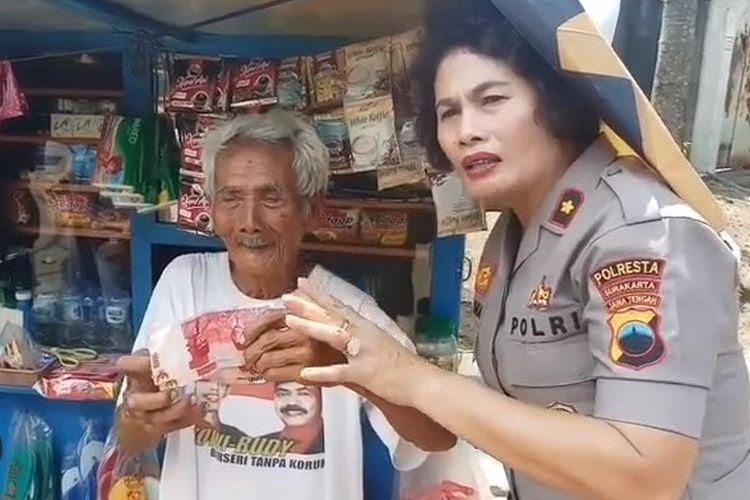 Kapolsek Jebres Kompol Juliana dan kakek bernama Suroso (92) yang menjadi korban penipuan uang palsu di Jalan Juanda Kecamatan Jebres, Solo, Jawa Tengah, Selasa (14/5/2019).