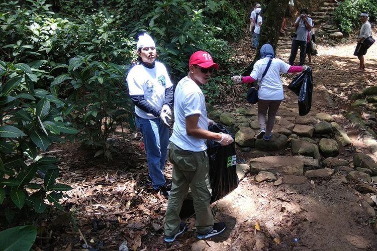 Komunitas Sahabat Baduy melakukan bersih-bersih di jalur pendakian menuju Baduy Dalam via Ciboleger, Desa Kanekes, Kecamatan Leuwidamar, Kabupaten Lebak, Banten, Sabtu (1/10/2017).