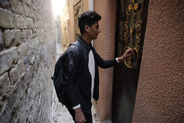 Gang tersebut menjadi satu-satunya jalan masuk ke sejumlah rumah warga.(Murtadha Sudani / Anadolu Agency)