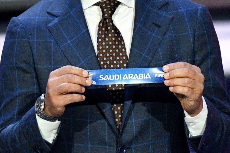 Mantan bek Italia sekaligus Pelatih Guangzhou Evergrande Fabio Cannavaro memperlihatkan kertas bertuliskan Arab Saudi dalam undian pembagian grup Piala Dunia 2018 di State Kremlin Palace, Moskwa, Rusia, Jumat (1/12/2017).