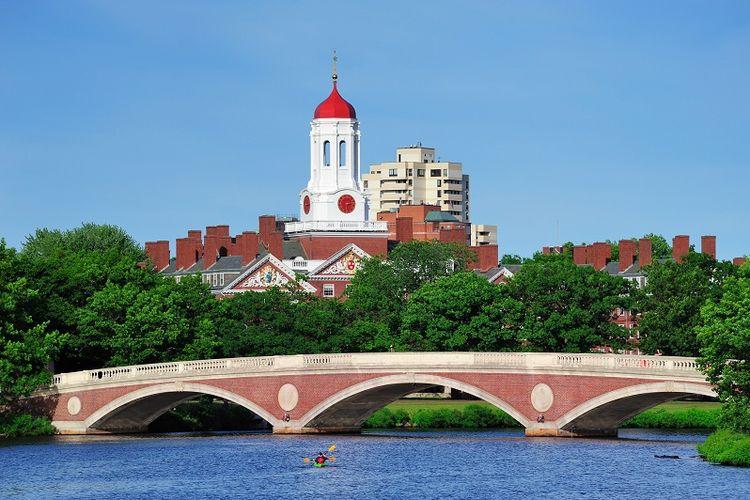 Kampus Universitas Harvard di Boston AS dengan jembatan John W Weeks di latar depan.