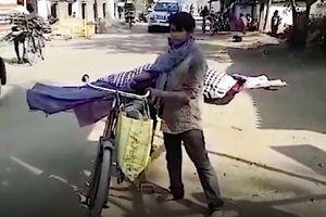Remaja Ini Berjalan 5 Km dengan Jenazah Ibunya di Sepeda ke Pemakaman