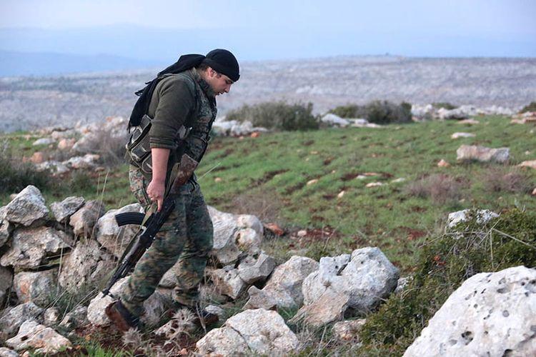 Anggota misili Kurdi Suriah berjalan di wilyaha Rajo, di Afrin.