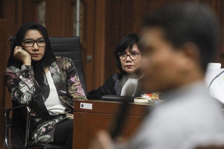 Terdakwa kasus suap pemberian izin lokasi perkebunan di Kutai Kartanegara Rita Widyasari mendengarkan keterangan saksi pada sidang lanjutan di Pengadilan Tipikor, Jakarta, Selasa (3/4). Sidang Bupati Kutai Kartanegara nonaktif itu beragendakan mendengarkan keterangan saksi.