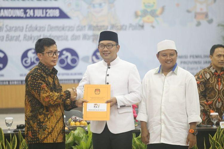 Ridwan Kamil dan Uu Ruzhanul Ulum saat ditetapkan oleh Ketua KPU Jabar sebagai gubernur dan wakil gubernur terpilih Jawa Barat periode 2018-2023, Selasa (24/7/2018).