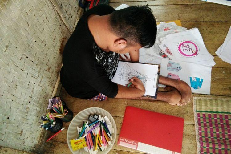 Rahmat Hidayat saat tengah menyelesaikan desain busana di kediamannya di Kampung Ciawitali, Desa Sindangkerta, Kecamatan Sindangkerta, Kabupaten Bandung Barat, Selasa (27/11/2018).