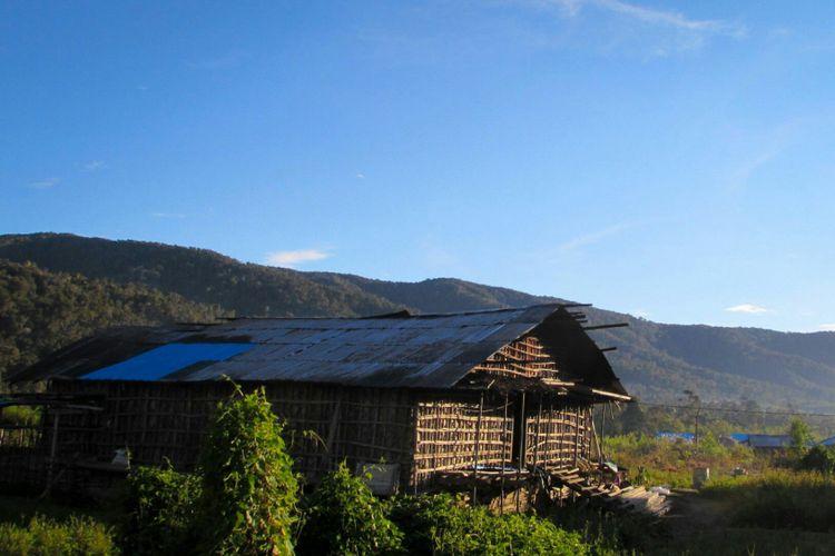 Suasana pagi hari di depan Rumah Kaki Seribu, Pegunungan Arfak, Papua Barat.