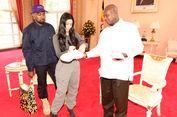 Bertemu Presiden Uganda, Kanye West Beri Hadiah Sepatu Kets Putih