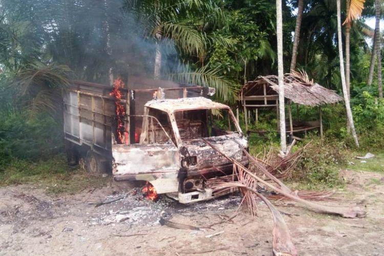 Mobil diduga milik pencuri sapi dibakar massa di Desa Blang Nie Kecamatan Simpang Ulim, Kabupaten Aceh Timur Jumat (18/1/2019)