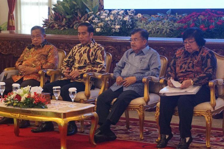 Presiden Jokowi saat memberikan pengarahan kepada Peserta Rapat Koordinasi Nasional Pengendalian Kebakaran Hutan dan Lahan Tahun 2018, di Istana Negara, Jakarta, Selasa (6/2/2018).
