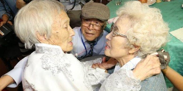 Kakak beradik Cho Sun Do (kiri) berumur 89 tahun dan tinggal di Korut, dengan adiknya Cho Do-jae (tengah) yang berumur 75 tahun, serta Cho Hye-do (kanan) berumur 86 tahun yang tinggal di Korsel, dana reuni di resor wisata Gunung Kumgang, Korea Utara, Senin (20/8/2018).