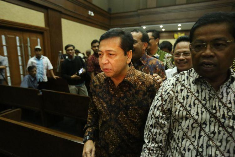 Ketua DPR Setya Novanto (kedua dari kanan) meninggalkan ruang persidangan usai bersaksi di persidangan kasus dugaan korupsi e-KTP, di Pengadilan Tipikor Jakarta, Jumat (3/11/2017). Hari ini, Novanto hadir menjadi saksi untuk terdakwa pengusaha Andi Agustinus alias Andi Narogong