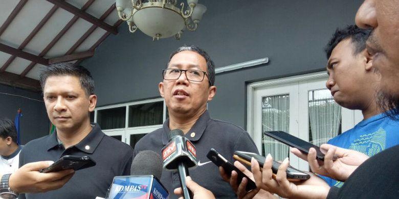 Plt Ketua Umum PSSI, Joko Driyono (tengah) didampingi Exco PSSI, Iwan Budianto saat memberikan keterangan soal alih kepemimpinan sementara PSSI di kantor PSSI, Kemang, Jakarta Selatan, Minggu (18/2/2018) siang.
