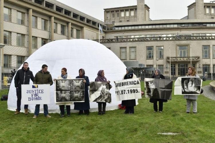Keluarga dan kerabat korban pembantaian Srebrenica berunjuk rasa di luar gedung Pengadilan Kriminal Internasional (ICT) di Den Haag, Belanda, Rabu (22/11/2017), di saat mantan panglima militer Serbia Bosnia Ratko Mladic menjalani sidang.