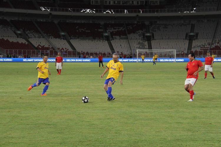 Sejumlah pejabat Kementerian PUPR bermain bola di SU GBK, Kamis (11/1/2018).