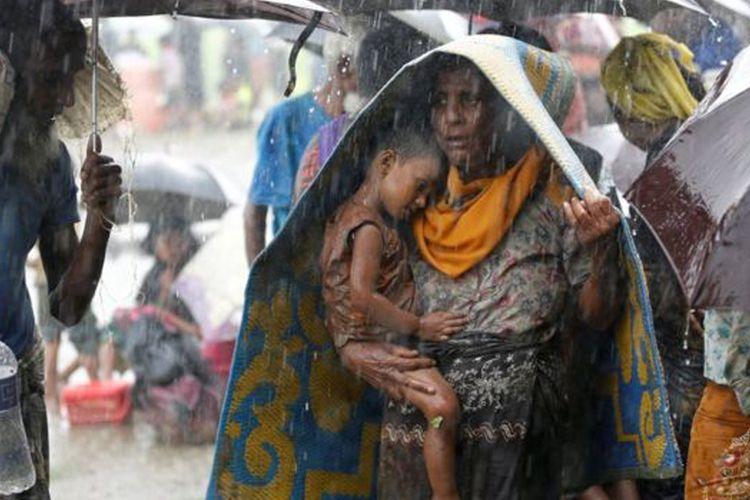 Di tengah guyuran hujan, pengungsi Rohingya tertahan di perbatasan Myanmar-Bangladesh. Foto diambil pada 31 Agustus 2017.