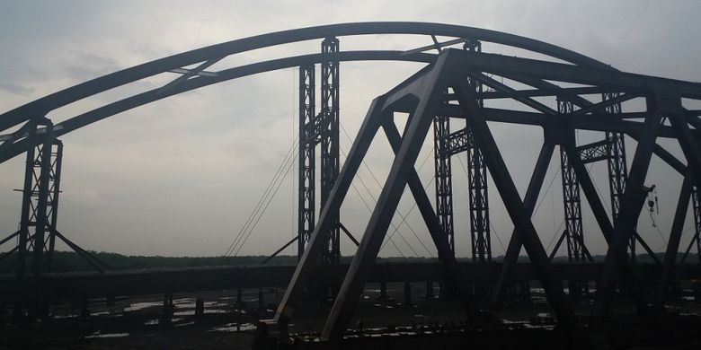Pengerjaan Jembatan Tumbang Samba di pabrik Wika Beton, di Subang, Jawa Barat.