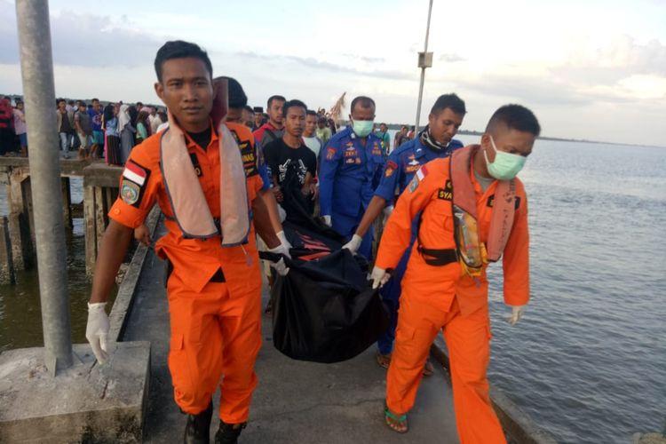 Tim gabungan Basarnas mengevakuasi jasad korban kapal terbalik di perairan rangsang barat, kabupaten kepulauan meranti, riau