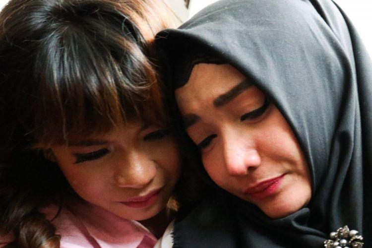 Artis Roro Fitria menangis setelah mendengar putusan Majelis Hakim di Pengadilan Negeri Jakarta Selatan, Kamis (18/10/2018).