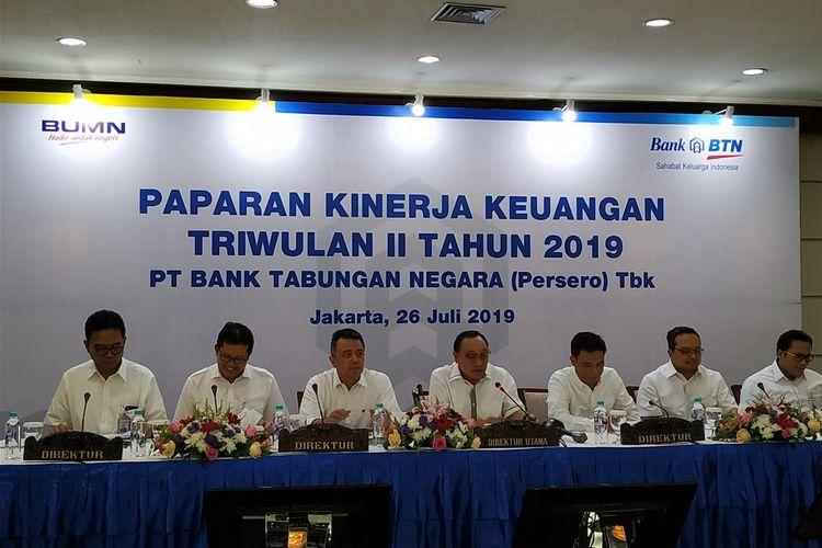 Direktur Utama Bank BTN Maryono (tengah) berserta direksi menyampaikan kinerja keuangan Bank BTN di Jakarta, Jumat (26/7/2019).
