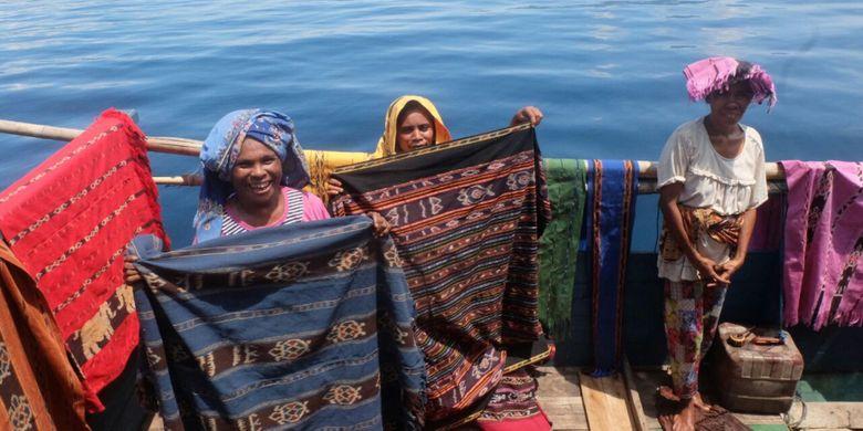 Para penjual kain tenun Alor yang berjualan di atas kapal di Pulau Ternate, Alor, NTT.